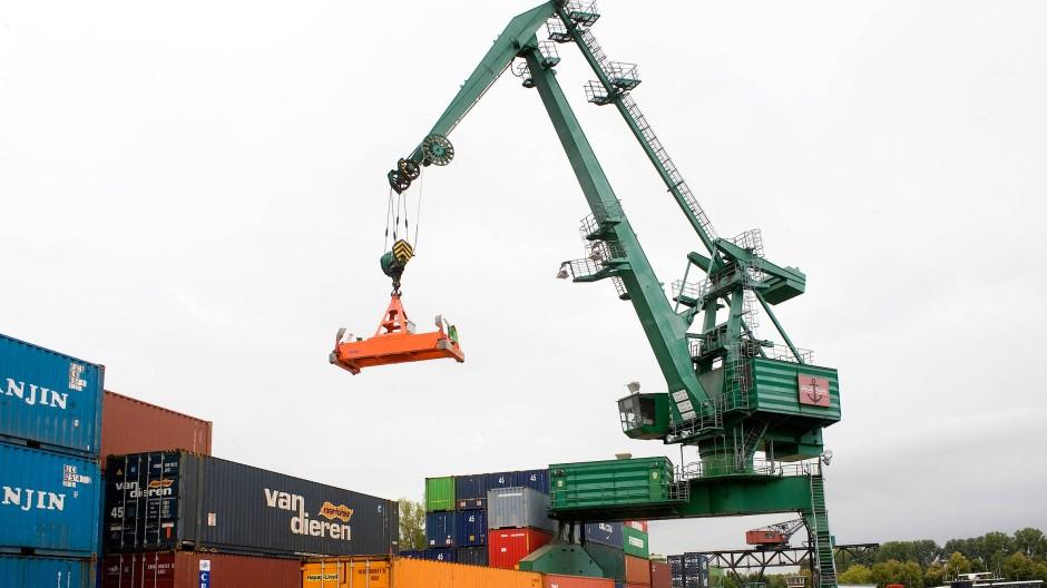 Der Gernsheimer Hafen ist ein wichtiger Umschlagplatz: Nun soll das Tanklager auf dem Gelände von Solvadis vergrößert werden.