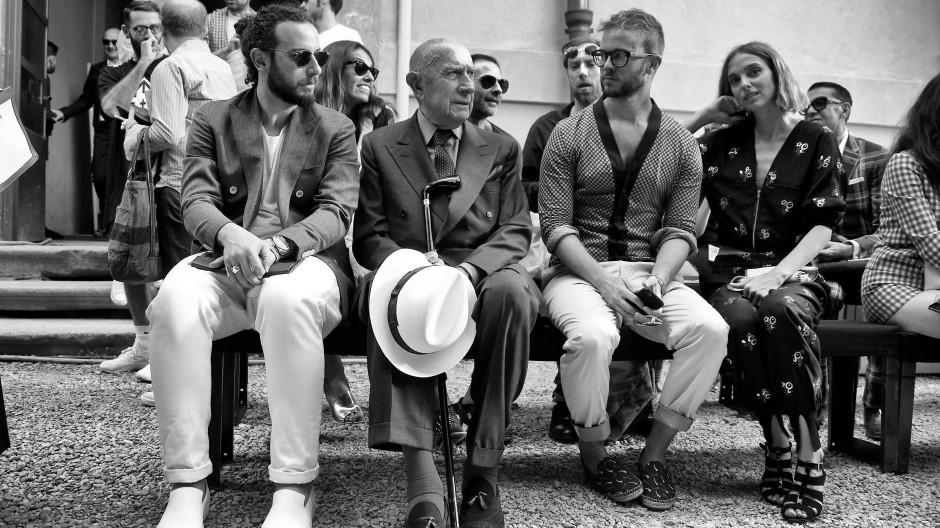 Ohne den Gründer gäbe es in Mailand nichts zu sehen: Beppe Modenese, hier bei Andrea Pompilio im Juni 2015, hat die Modewoche vor fast vier Jahrzehnten aufgebaut.