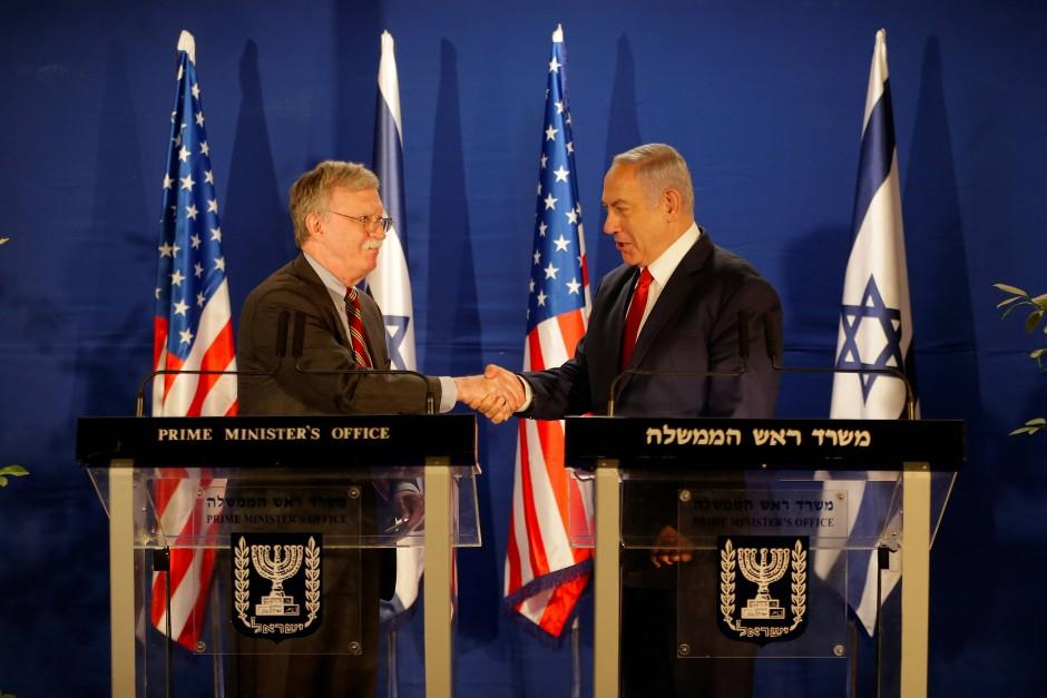 Der Sicherheitsberater der Vereinigten Staaten, John Bolton (links im Bild), bei einem Treffen mit dem israelischen Ministerpräsident Netanyahu (rechts) am Sonntag.