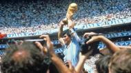 Diego Maradona nach dem argentinischen WM-Sieg 1986. Der frühere Fußball-Superstar starb am Mittwoch im Alter von 60 Jahren.