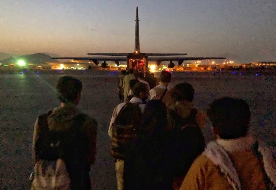 Das Flugzeug steht bereit, um uns von hier weg zu bringen. Als wir einsteigen, wissen wir nicht, wohin wir fliegen werden. Erst in Abu Dhabi erfahre ich, wo wir gelandet sind.