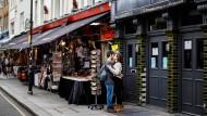 Immobilien auf der In-Straße: Die Portobello Road in Notting Hill, bekannt durch ihren Markt.