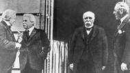 Archiv - Die Ministerpräsidenten David Lloyd George (England), Vittorio Emanuele Orlando (Italien), Georges Benjamin Clemenceau (Frankreich) und der amerikanische Präsident Woodrow Wilson (Archivfoto von 1919).