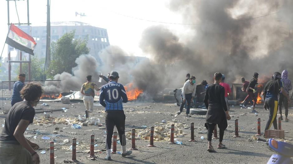 Demonstranten stoßen während der laufenden regierungsfeindlichen Proteste in Nassiriya mit irakischen Sicherheitskräften zusammen.