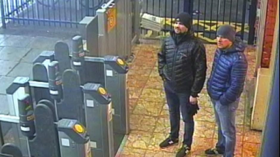 Ihr Aufenthalt blieb nicht unbemerkt: die beiden Verdächtigen auf dem Standbild einer Überwachungskamera an einer Bahnstation in Salisbury