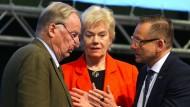 Wie kommt die AfD nahe Stiftung an die Gelder? Alexander Gauland (links), Erika Steinbach und Kay Gottschalk diskutieren auf dem AfD-Bundesparteitag.