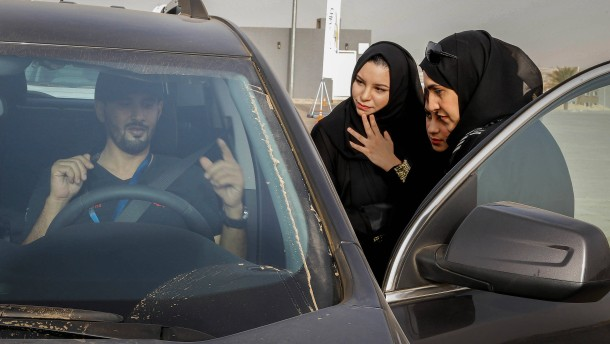 Saudi-Arabien stellt erstmals Führerschein für Frauen aus