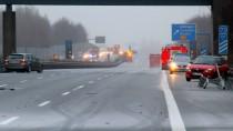 So sah es am Freitag auf der Autobahn A7 bei Göttingen aus. Mittlerweile ist wieder eine Spur gen Norden befahrbar.