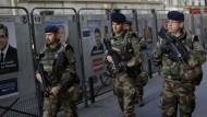 Maximaler Schutz für die Wähler: Schwerbewaffnete Soldaten patrouillieren vor einem Wahllokal in Paris.