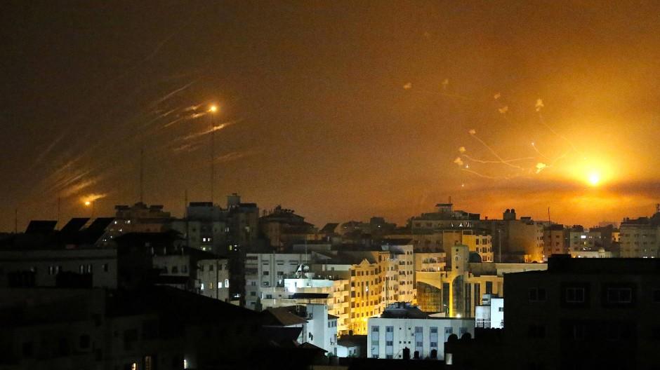Israelische Abwehrraketen sollen in der Nacht in Gaza Geschosse abfangen.