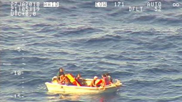 Sieben Schiffbrüchige von verschollener Fähre entdeckt