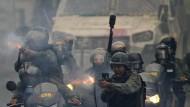 Soldaten der Nationalgarde feuern Gummigeschosse auf Demonstranten in Caracas Ende Juli.