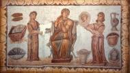 """Prinzip Arbeitsteilung: In großen Haushalten gab es Sklaven, die nur dafür zuständig waren, die Spiegel zu halten – wie hier im Mosaik der """"Hausherrin bei der Toilette"""" aus dem 5. Jahrhundert."""