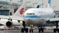 Eine Passagiermaschine der Kuwait Airways auf dem Frankfurter Flughafen. (Archivbild)