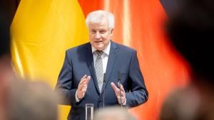 Seehofer will Entzug von Grundrechten prüfen