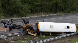 Schulbus kollidiert mit LKW