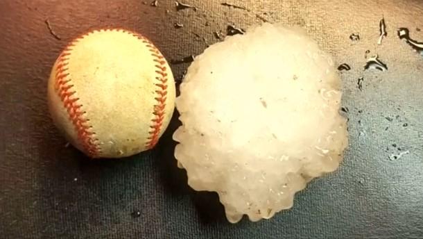 Hagelklumpen so groß wie ein Baseball