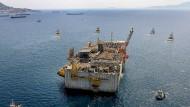 Ein schwimmendes Flüssiggas-Terminal von Exxon Mobil wird ins Mittelmeer hinausgezogen.