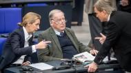 Die beiden Fraktionsvorsitzenden der AfD im Bundestag, Alice Weidel und Alexander Gauland (M.) sprechen am Montag im Bundestag mit dem ersten Parlamentarischen Fraktionsgeschäftsführer der AfD, Bernd Baumann.