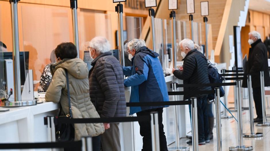 Hochbetagte am Schalter: Das Impfzentrum in Wiesbaden ist eines der sechs regionalen Angebote.