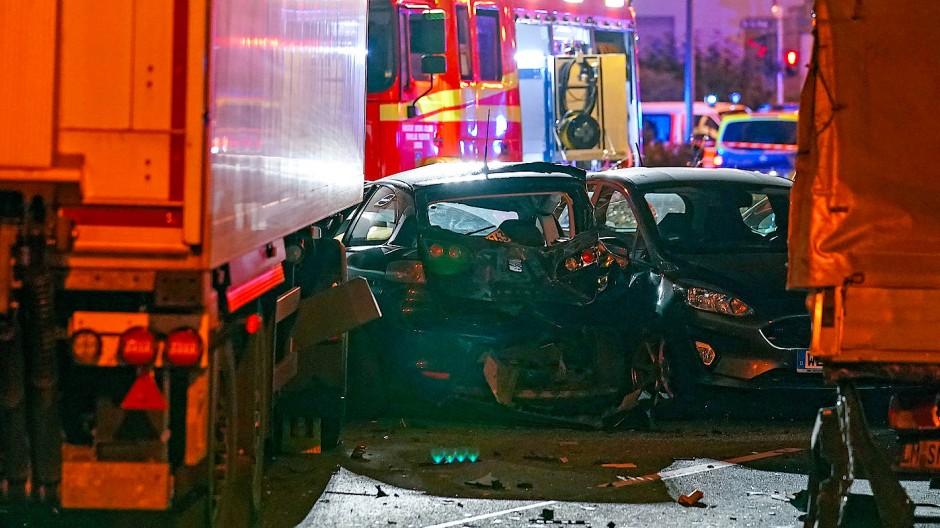 Mehrere Verletzte: In Limburg klaute ein Mann einen Lastwagen und fuhr damit vorsätzlich in eine Reihe von Autos.