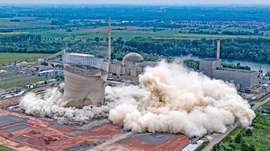 Der Rückbau schreitet unaufhaltsam voran: Sprengung der Kühltürme des Atomkraftwerks Philippsburg.