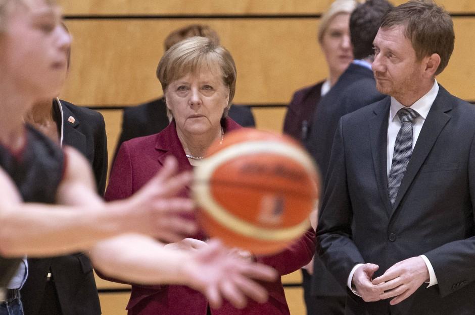 Angela Merkel und der sächsische Ministerpräsident Michael Kretzschmer am Freitag beim Training einer Basketballmannschaft in Chemnitz