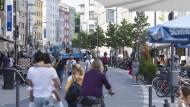Mehr Grün und mehr Platz für Fußgänger: Die Große Friedberger Straße macht seit ihrem Umbau einen einladenden Eindruck.