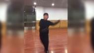 Neun Jahre alter Junge tanzt Salsa wie ein Profi
