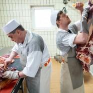 Fleischer zerlegen eine Kuh in einer Metzgerei.