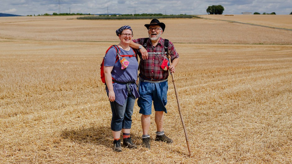 Pilgern ist kein Wandern: Simone und Paul Herden auf einem Feld zwischen Eschborn und Frankfurt