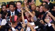 Im perfekten Chaos: Dilma Rousseff am Montag mit Anhängern in Brasília