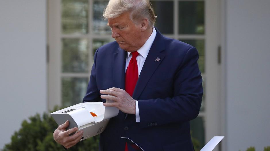 Der amerikanische Präsident stellt einen neuen Schnelltest für Covid 19 von Abbott Laboratories vor. Die Regierung in Washington will 150 Millionen Testsätze verteilen lassen.