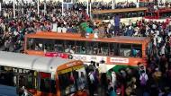 Massenandrang am Busterminal in Neu-Dehli