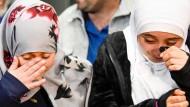 Die 12 Jahre alte Eman Ali (links) aus dem Jemen weint mit ihrer Schwester, als sie sich zum ersten Mal nach Jahren in San Francisco am Flughafen wiedersehen. Vorher waren Teile der Familie Ali von dem Einreisestopp betroffen.