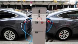 Grüne streiten über Tempolimit-Ausnahmen für Elektroautos