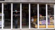 Ein Mann steht  in einem Laden in Buenos Aires in Argentinien – das Geschäft ist ohne Strom.