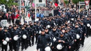 Etwa so viele Polizisten wie Demonstranten in Hamburg