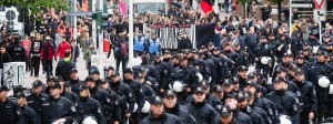 Ein riesiges Polizeiaufgebot begleitete die Demonstranten durch die Stadt.