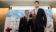 Stabiler Werber: Yao Ming, einst Basketballprofi, posiert mit Eishockeyspieler Song Andong (links) zum Wohle von Peking 2022