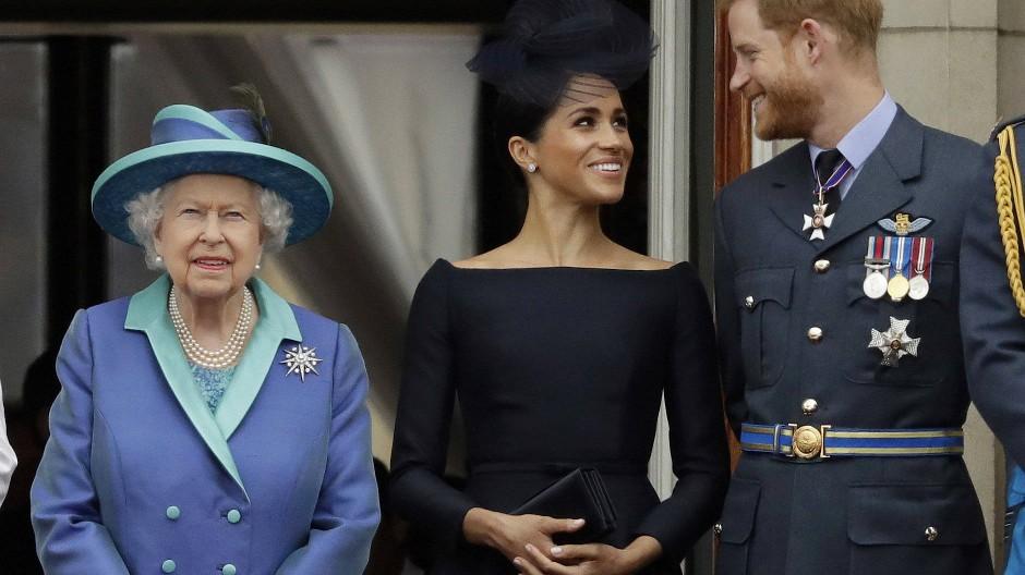 Ein Bild aus besseren Zeiten: Harry , Meghan und die Queen im Juli 2018