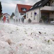 Hagel auf der Straße nach einem Unwetter im Wiesbadener Stadtteil Kloppenheim.