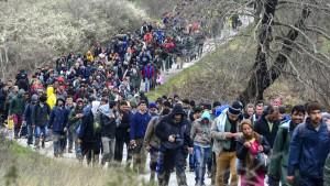 Tausende Flüchtlinge suchen neuen Weg über Balkanroute