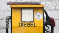 Eine Diesel-Zapfsäule auf dem Gelände eines Autoverwerters.