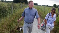 Nur Kopfschütteln hilft da nämlich nicht: Ramelow in Ostfriesland mit seiner Frau Germana Alberti vom Hofe und Hund Attila