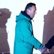 Kreml-Kritiker Alexej Nawalnyj wird von einem Polizeibeamten der Direktion des russischen Innenministeriums von Chimki eskortiert.