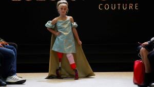 Beinamputiertes Mädchen auf dem Pariser Catwalk