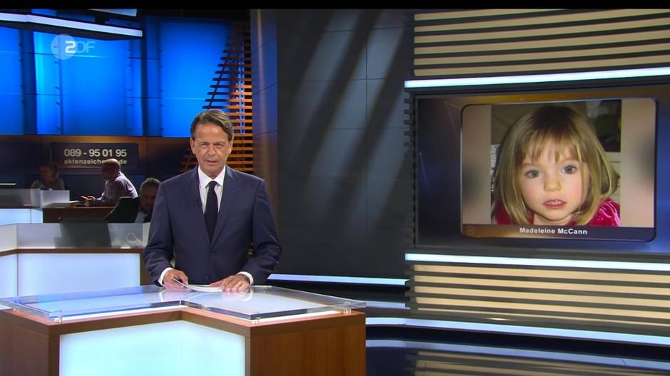 """Rudi Cerne, Moderator von """"Aktenzeichen XY... ungelöst"""", vor einem Bild des vor 13 Jahren verschwundenen Mädchens Maddie McCann"""