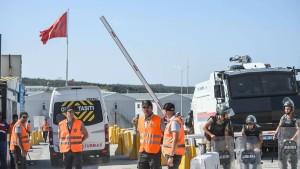 Flughafenpersonal protestiert gegen Arbeitsbedingungen – 500 Festnahmen