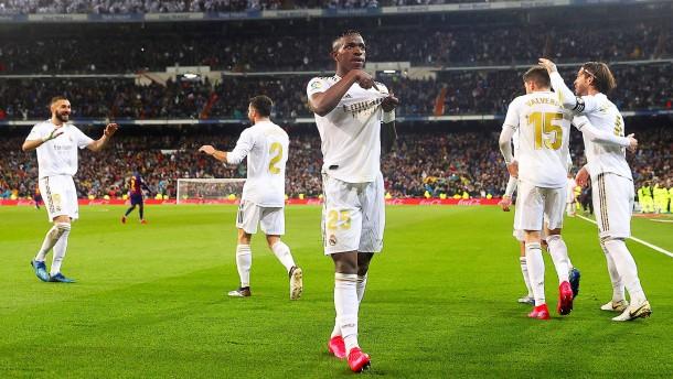 Real Madrid stößt Barcelona von Platz eins